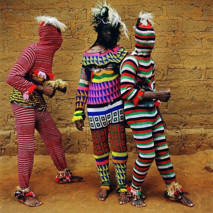 Photographe, professeur à l'Université de New York et collectionneuse de costumes d'Halloween, Phyllis Galembo explore depuis trois décennies les tréfonds de l'Afrique de l'Ouest et des Caraïbes pour en capturer les rituels religieux et la culture locale. Autant d'occasions de mettre en scène un imaginaire hybride, quelque part à la croisée des chemins entre la fiction, la mode vestimentaire et l'anthropologie.  Publié en 2010 par Chris Boot, son livre Maske réunit plus d'une centaine de…