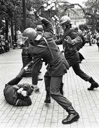 Golpiza de militares a un opositor a la dictadura militar, en la Plaza de Armas, de Santiago, el 4 de septiembre de 1984