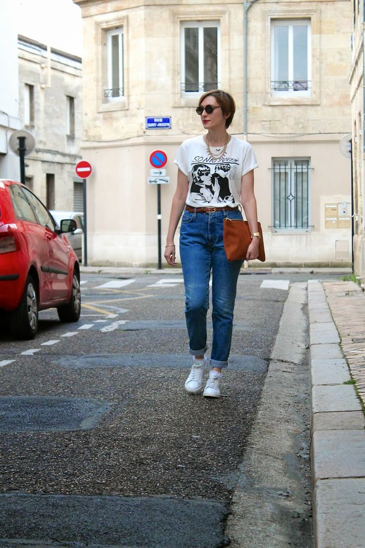 Mom jeans + Sonic Youth t-shirt + Stan Smith + brown leather clutch #stansmith #bandtshirt #momjeans ------------------> Yiyou from Mars Blog mode et lifestyle, Bordeaux