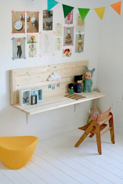 Petit bureau fixé au mur avec des équerres, comme une étagère