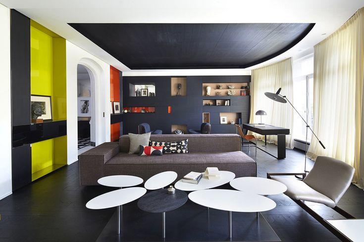 Soggiorno moderno molto particolare in cui ogni pezzo di arredamento e decorazione è un'opera d'arte. Interni in bianco e nero con tocchi di colore giallo e rosso