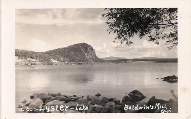 <p>Le club de golf du lac Lyster offre une vue imprenable sur le lac. L'un de ses parcours est situé le long de la frontière canado-américaine. Plusieurs balles de golf se retrouvent d'ailleurs de l'autre côté de la frontière...</p>