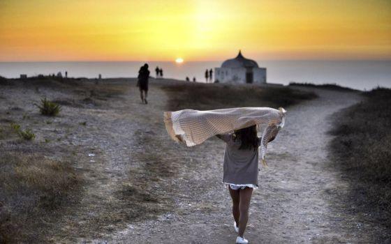 Atardecer en cabo Espichel | El Viajero en EL PAÍS  La imagen ha resultado ganadora del premio de fotografía El País-Aguilar. Su autora cuenta que a los acantilados del cabo Espichel, a una media hora al sur de Lisboa, en Portugal, acuden en verano muchos turistas para ver los espectaculares crepúsculos. #Portugal