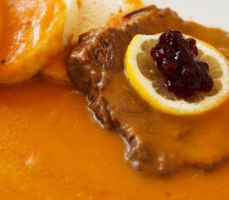 Česká sviečková omáčka je pre mnohých kulinárnym zážitkom a často tiež povinnou jazdou pri návšteve...