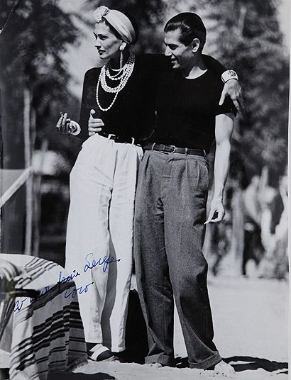 Coco Chanel, pull noir, pantalon blanc, espadrille bicolore accompagnée de Serge Lifar.