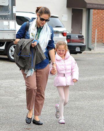 Jennifer Garner with her very pretty in pinks Daughter Violet! ♥ Visit my celebrity site at www.celebritysize... for more fun stuff!♥ #celebritysize #violet #jennifer