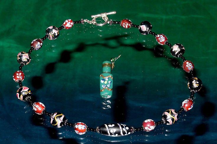 Низка из антикварных и винтажных венецианских бусин. Происхождение бусин - венецианские антикварные магазины, Бангкок; плюс парфюмерная бутылочка (Perfume-holders), выполненная в технике fiorato бусин. Такие бутылочки выпускались Венецианскими бусоделами в конце 19 - первом десятилетии 20 века. Приобретена в ноябре 2014 года в антикварном магазине Венеции.