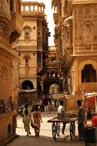 インド ジャイサルメールの写真。なんとも言えない、いい雰囲気を持った写真ですよね。朝?それとも夕方?真昼の喧騒とは異なり、どこかリラックスした雰囲気を感じる1枚で、お気に入りです。ビルも素敵。