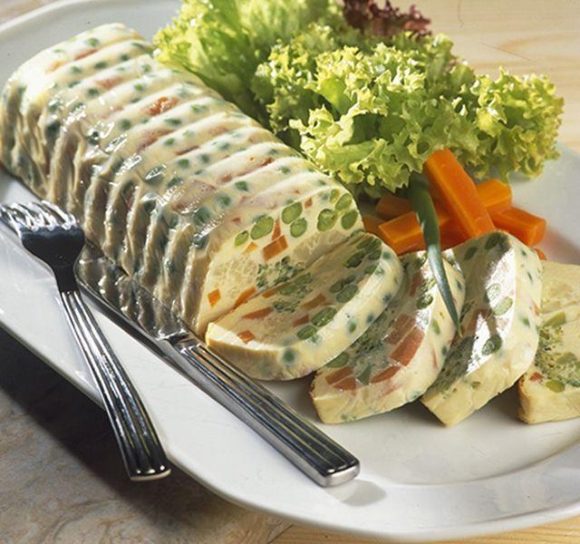 A hagyományos húsvéti ételek mellett az ünnepi asztalon ma már megtalálhatók a különféle majonézes saláták, zöldségkocsonyák, a sonka mellett helyet kap az ünnepi asztalon a malackaraj, és természetesen süteményből sincs hiány.