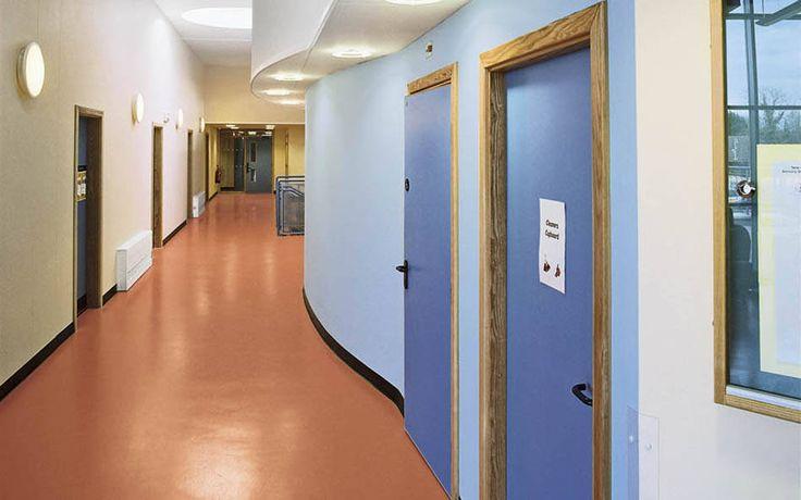Não somos pisos vinílicos, somos pisos de borracha. Os pisos Nora são 100% de borracha, baseados em qualidade e sustentabilidade com mais de 300 variações de cores e design, totalmente ergonômico, certificação LEED, resistente a manchas, ao grande tráfego comercial e voltado para diversas aplicações. Instalação dos pisos nora pelo escritório de arquitetura B3 Architects na Three Ways Schools em Bath   Reino Unido.