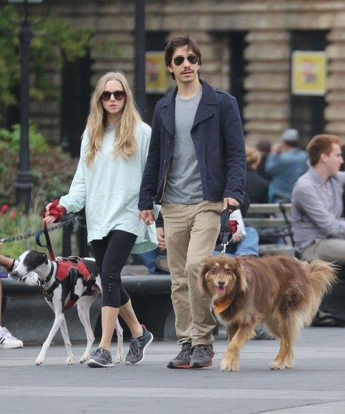 Amanda Seyfried - Amanda Seyfried and Justin Long Walk Their Dogs