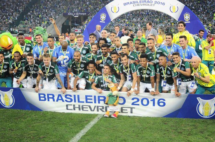 Cavalinho do Fantástico cai na festa dos jogadores do Palmeiras #globoesporte