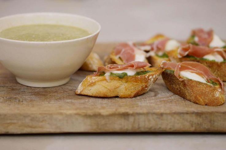 Zodra de tijd van kolen en spruiten achter de rug is, liggen allerhande lentegroenten klaar om in een nieuwe 'mood' te koken. Jeroen stelt een recept voor van een milde courgettesoep met kruidig groen. Wie er een compleet Zuiders genot wil van maken moet er de crostini bij serveren. Jeroen belegt getoast stokbrood met verse pesto, mozzarella en een stukje rauwe ham.