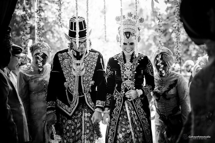 Joyfull&lovely javanese wedding,with traditional wedding outfit @raisha & @ardhi @cahayafotostudio  Prewedding,wedding photographer, @the wedding  With 📷 @cahayafotostudio  reservasi 📱081802682899 🌎 Jl.kaliurang km10 yogyakarta #weddingkucahayafotostudio #weddingphoto #weddingphotographerjogja #cahayafotostudio #fotopreweddingstudio #fotograferpreweddingjogjajateng #fotograferweddingjogja #fotopernikahanjogja #fotopernikahan #canonphotography_official #canon6d #canon6dphotography