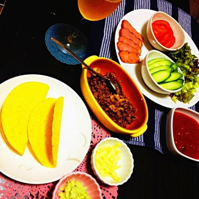 タコスキットを購入。  何入ってるのかなーって思ったら トルティーヤ(ハードタコス)、サルサソース、タコミートの素が入ってました。  アボカドディップ、チーズ、サニーレタス、チャーシュー、トマト、きゅうりで  タコスパーティ‼ - 6件のもぐもぐ - タコスパーティ by poohtohachi