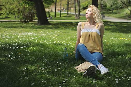 majoranka / Žlté tielko s bielou krajkou