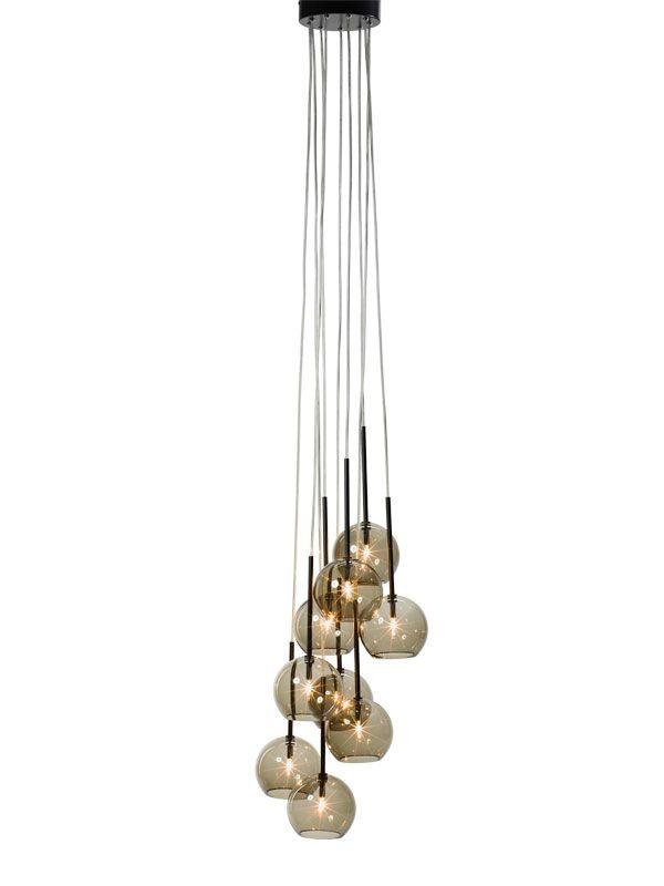 &tradition Ice Chandelier 9 SR6 #hanglamp bestaat uit negen glazen bollen. Bijelkaar gehangen middels transparante PVC koorden. Verkrijgbaar in goud, zwart en transparant.