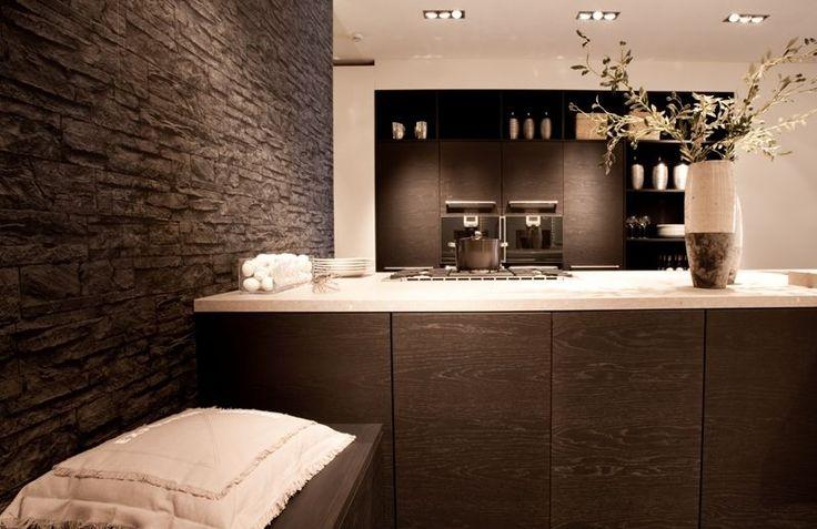 Eiland keuken met stenen muur