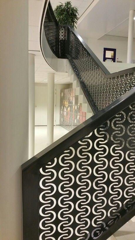 Prachtig trappenhuis op weg naar kluisjes.  Middelbare school Canisius College Nijmegen.