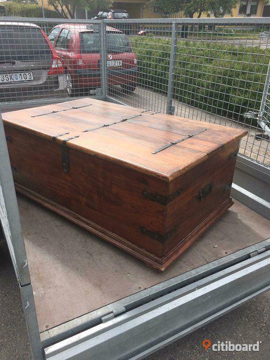 Vardagsrumsbord i massivt mörkt trä. Mått 130x80x40, vikt är osäkert men den är tung.  Finns att hämta i Söderköping.