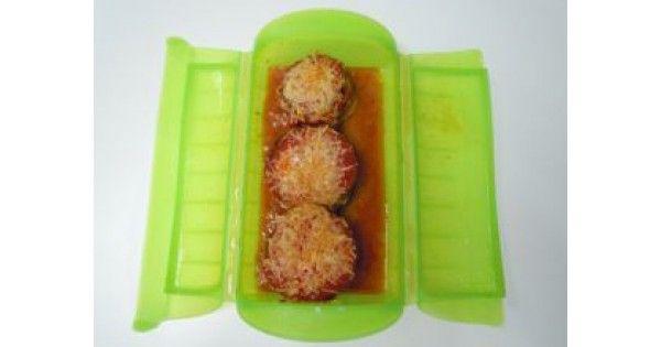 Musaca ligera de berenjena, patata y carne de ternera con salsa de tomate