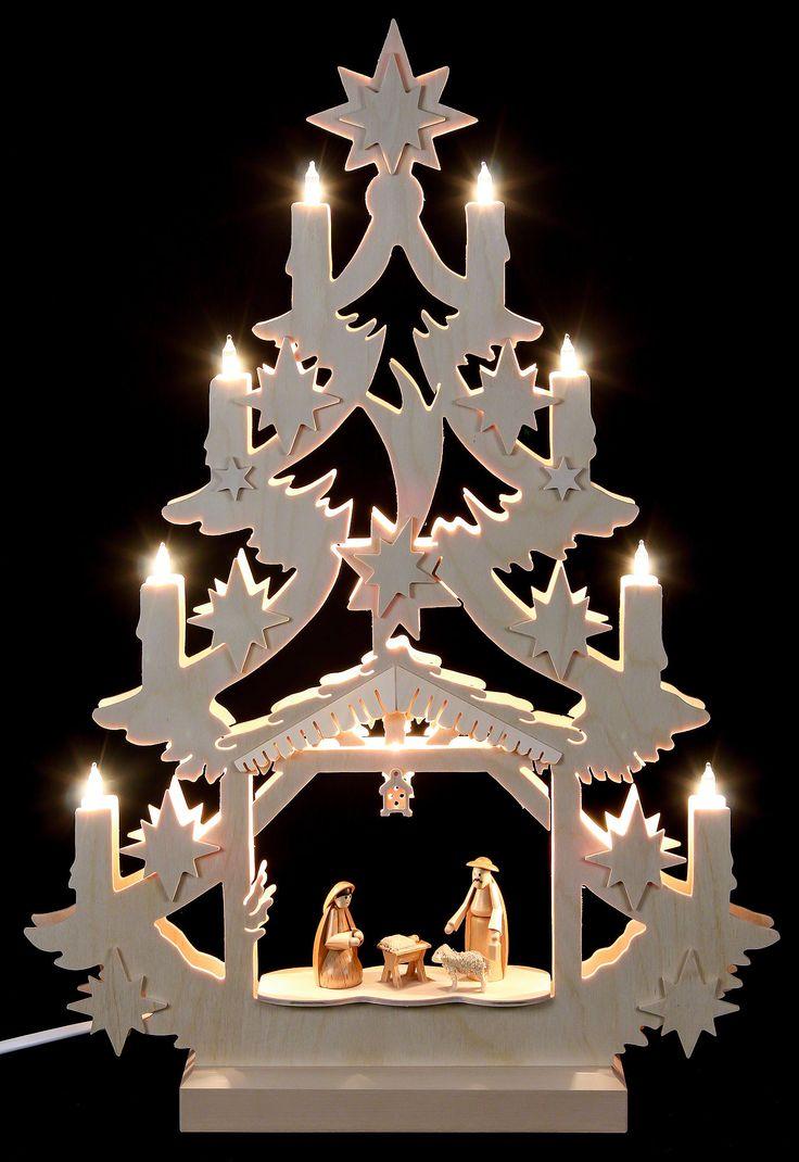 Traditionelle Lichterspitze aus Deutschland mit Krippenszene.
