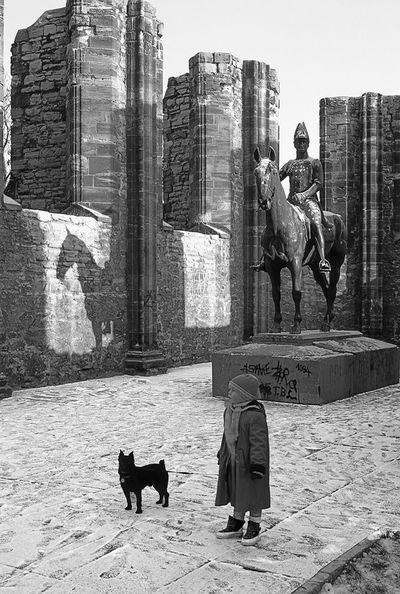 Der Fotograf Jochen Ehmke widmet seine Arbeit den Menschen in ihrer alltäglichen Umgebung. Seine Bilder dokumentieren das Leben in der DDR und nach der Wende.