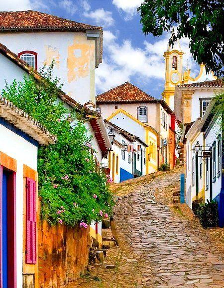 Brasil... Tiradentes: Cidade histórica no estado de Minas Gerais,Tiradentes tornou-se um dos centros históricos da arte barroca mais bem preservados do Brasil. Na metade do século XX, foi proclamada patrimônio histórico nacional tendo suas casas, lampiõ