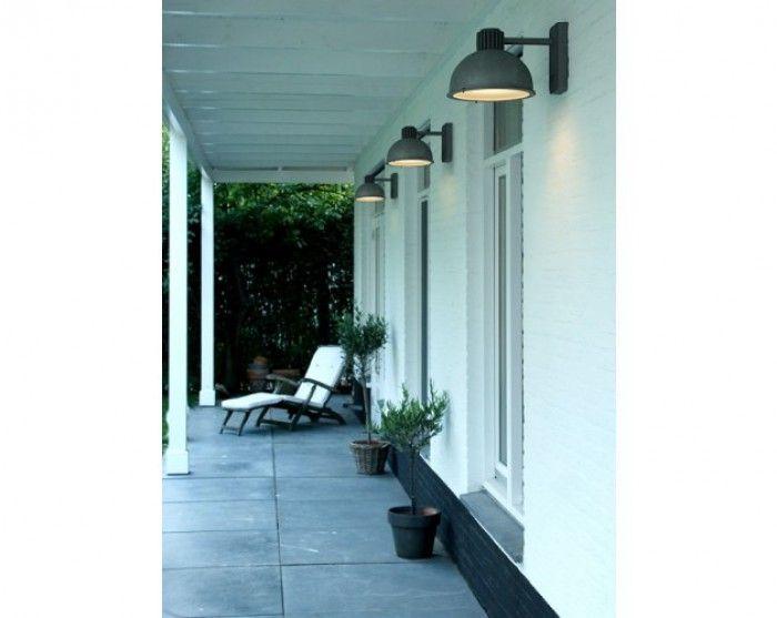 Deze industrieel-stoere wandlamp van Frezoli staat mooi op een strak gemetselde muur of aan een houten wand. Dat is het leuke van deze buitenlamp, hij past bijna overal! Het directe licht is functioneel naast bijvoorbeeld de voordeur, maar geeft zeker ook sfeer!