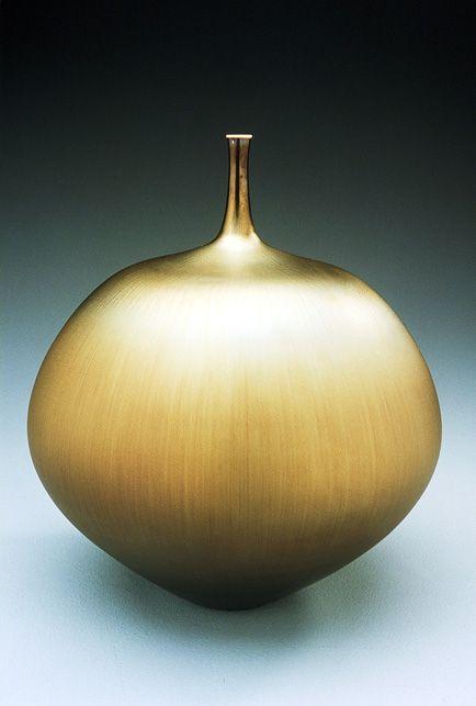 Teardrop shaped bottle with gold glaze by Hideaki Miyamura.  http://www.miyamurastudio.com