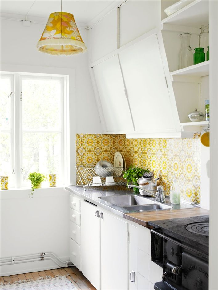 Retro wallpaper in kitchen at Scandinavian Summer Cottage ♥ Скандинавска малка лятна къщичка | 79 Ideas