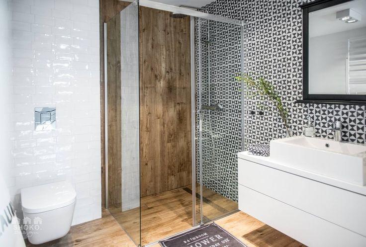 Nadčasová kombinace bílá - dřevo je oživena černobílou mozaikou.