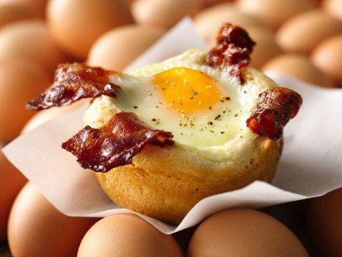 Яйцо с беконом в корзиночке из хлеба