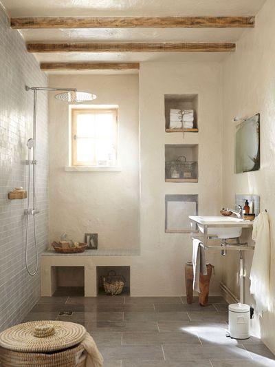Salle de bains d'inspiration nature habillée d'un beau carrelage en grès cérame émaillé