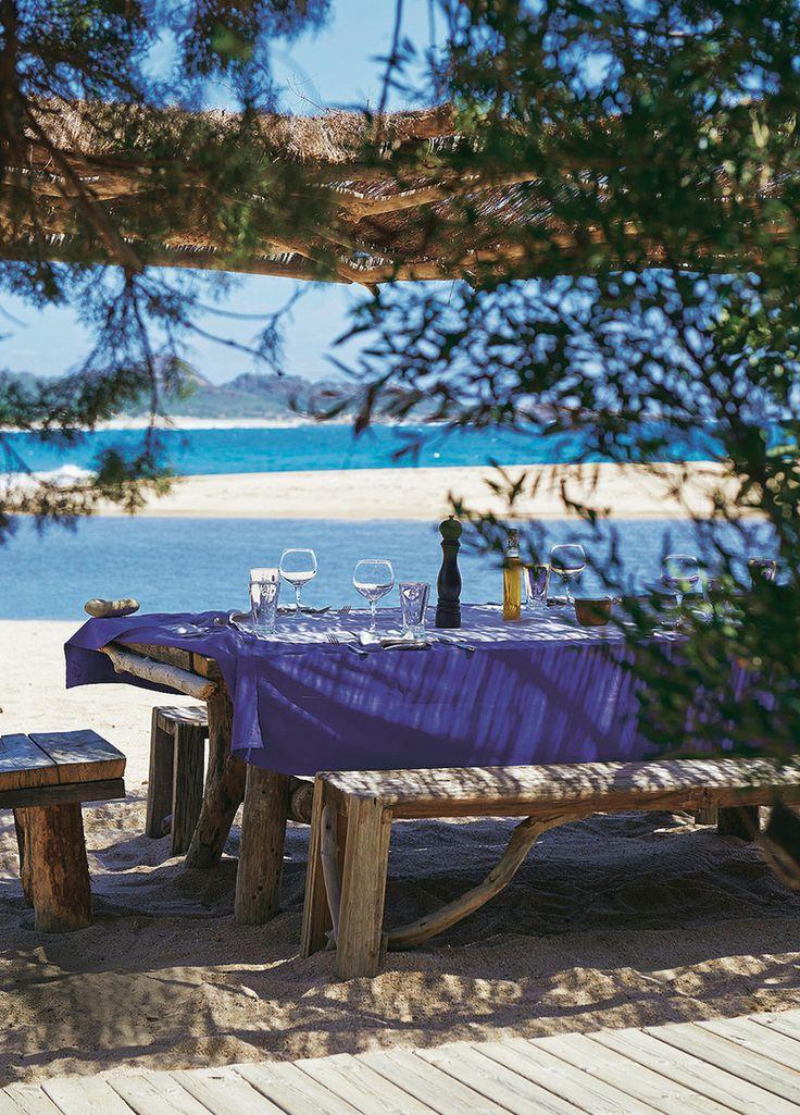 domaine de Murtoli en Corse : Une table du Restaurant de la Plage, à l'ombre des paillotes.