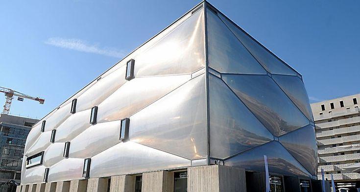 Необычный фитнес-центр во Франции с фасадом из пузырьков http://happymodern.ru/neobychnyj-fitnes-centr-vo-francii-s-fasadom-iz-puzyrkov/ le-nuage-philippe-starck-montpellier-france-designboom-01-818x436