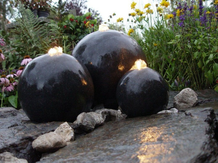 AcquaArte Wasserspiel London Kugeln Wasserspiel mit drei Terrazzo Kugeln und LED Beleuchtung.
