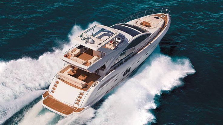 Schaefer 830 -  Com mais de 80 pés, o iate possui quatro suítes, salão, sala de jantar e até uma garagem para moto náutica.   O valor parte de 20 milhões de reais.