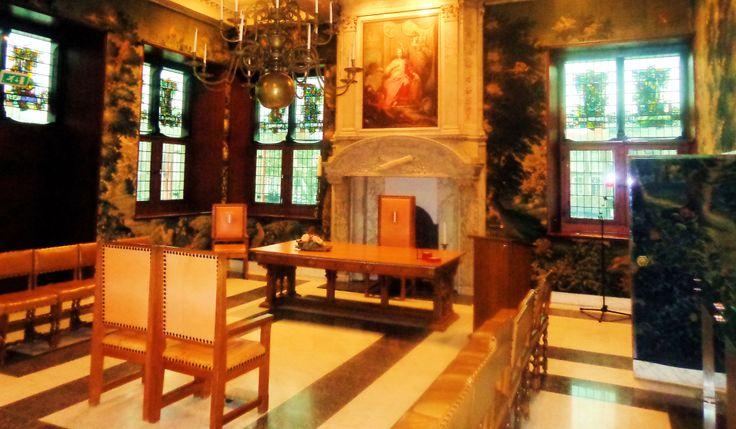 De voormalige raadzaal met 17e-eeuws tapijtbehangsel en twee schouwen is nu in gebruik als trouwzaal. Oorspronkelijk bestond deze zaal uit twee werkruimten. De kamer van de schout en schepen had een schouw van gemarmerd hout; de kamer van de burgemeester had een marmeren schouw. Boven de grote hangt het schilderij 'De stedenmaagd met aan haar voeten de riviergod' van J. Roore. Het wandtapijt is vervaardigd door de Vlaming David Ruffelaer en stamt uit 1642.