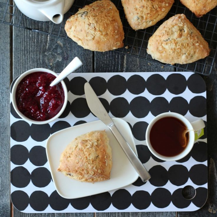 Dersom du har lyst på noe godt fort fort, er scones tingen å lage! Scones kan varieres i det uendelige. Jeg har her valgt å lage fine, søte scones med smak av sitrus, rosiner og litt havregryn.