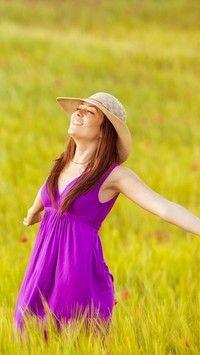 Radosna kobieta w kapeluszu na łące