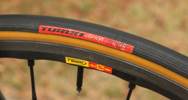 Aqui está o que você precisa saber antes de escolher um pneu para sua bicicleta de estrada.  O que devo procurar em um pneu?  O pneu perfeito seria super leve, anti-furos e insanamente veloz.   #bike #ciclismo #ciclismo de estrada #dicas de bike #dicas de como pedalar #dicas de pedalada #speed #tecnologia na bike