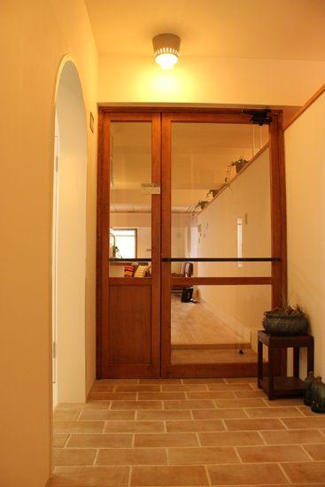 玄関とLDKを繋げるガラス扉