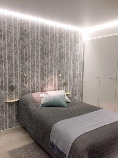 Ninapinta matta valkoinen sisäkatto jossa Led nauha kiertää huoneen reunoilla