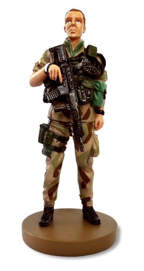 Uniform m/90 beige Sedan början av 2000-talet har svenska soldater tjänstgjort i Afghanistan, främst i de fyra nordligaste provinserna i landet. Inför uppdraget skapades den nya uniformen m/90 beige. Den är anpassad för ett ökenklimat och de berg som sätter sin prägel på Afghanistan. Under vapenrocken bär soldaten ett kroppsskydd m/90, och utanpå bärs västen till bärsystem 2000.