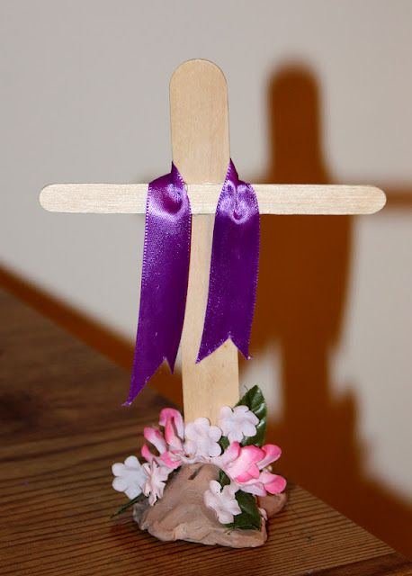 Easy Easter Cross Decoration -  Good craft to do with kids, great Easter Sunday centerpiece for church breakfast or family dinner table.