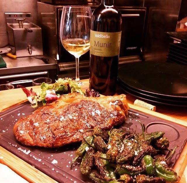 entrecot de vaca madurada & pimientos de Padrón & vino italiano  ecológico #Munik