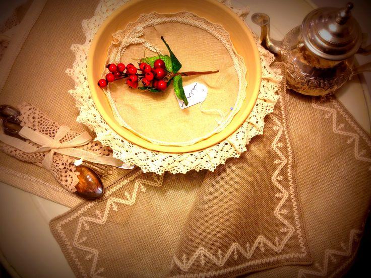 A shabby christmas! #placemat #shabby #handmade #centrepiece #embroidery #ChristmasGiftIdeas #handmadegift