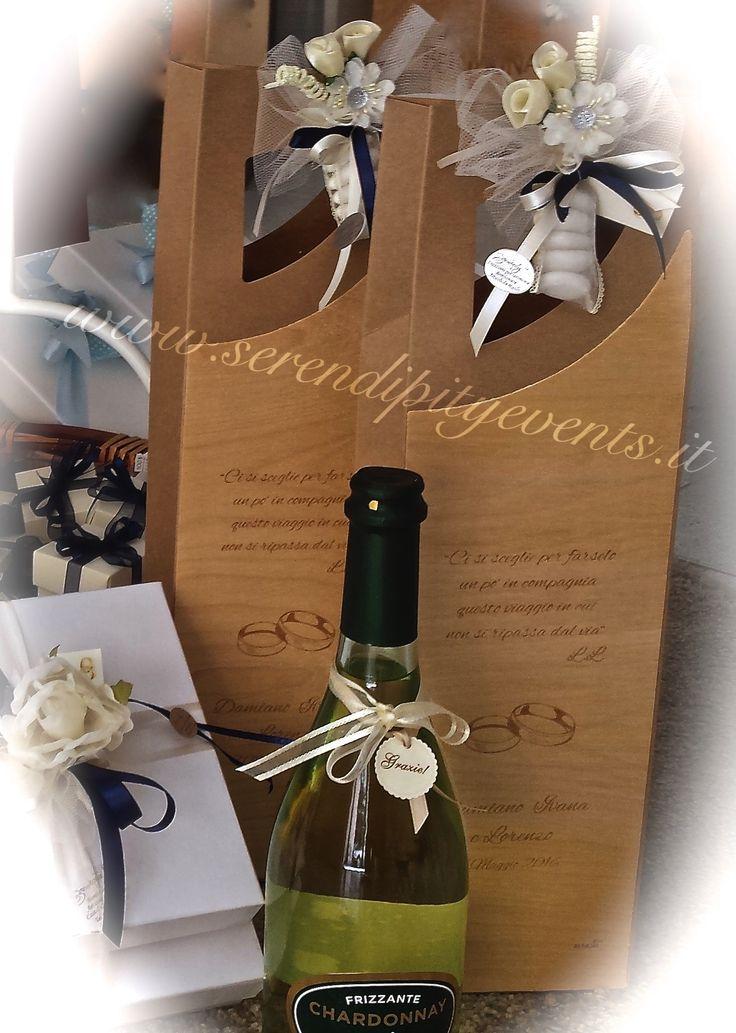 Astuccio portabottiglia in foglia di legno con incisa una frase voluta dagli sposi