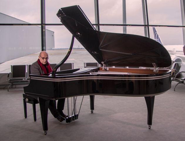 16 marca światowej sławy pianista jazzowy Włodek Pawlik zagrał minirecital na Lotnisku Chopina.Fot. Anita Kot